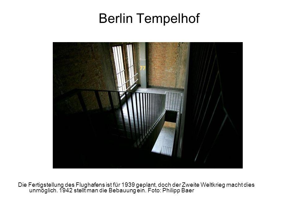 Berlin Tempelhof Die Fertigstellung des Flughafens ist für 1939 geplant, doch der Zweite Weltkrieg macht dies unmöglich. 1942 stellt man die Bebauung