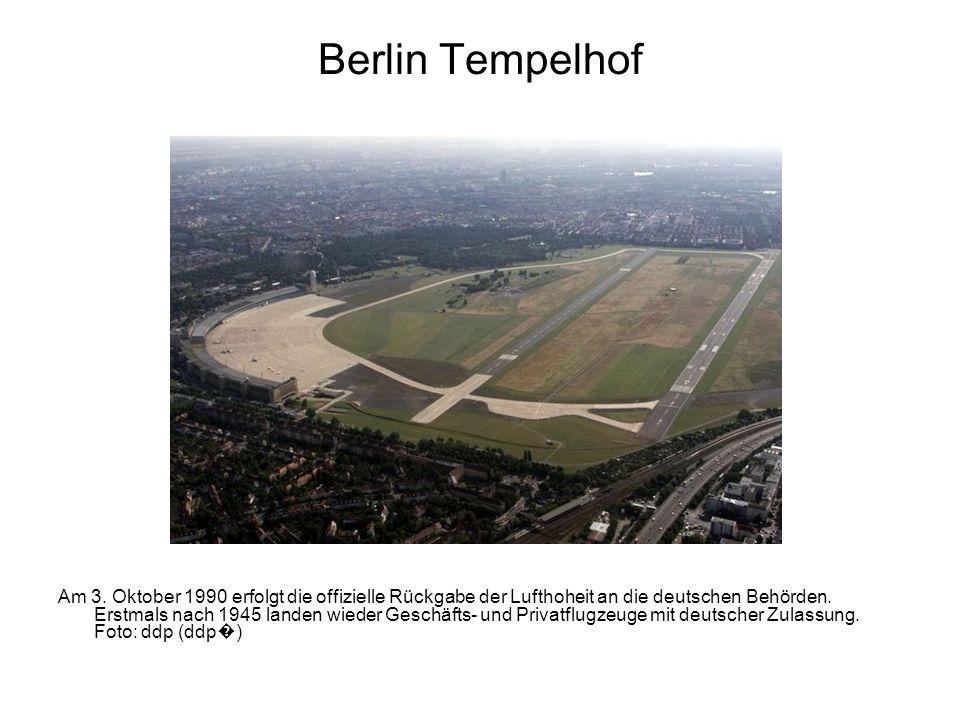 Berlin Tempelhof Am 3. Oktober 1990 erfolgt die offizielle Rückgabe der Lufthoheit an die deutschen Behörden. Erstmals nach 1945 landen wieder Geschäf