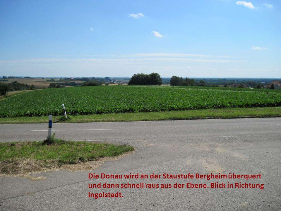 Die Donau wird an der Staustufe Bergheim überquert und dann schnell raus aus der Ebene.