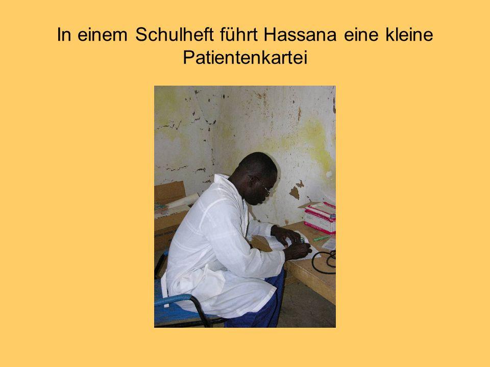 In einem Schulheft führt Hassana eine kleine Patientenkartei