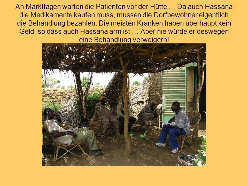 An Markttagen warten die Patienten vor der Hütte … Da auch Hassana die Medikamente kaufen muss, müssen die Dorfbewohner eigentlich die Behandlung beza