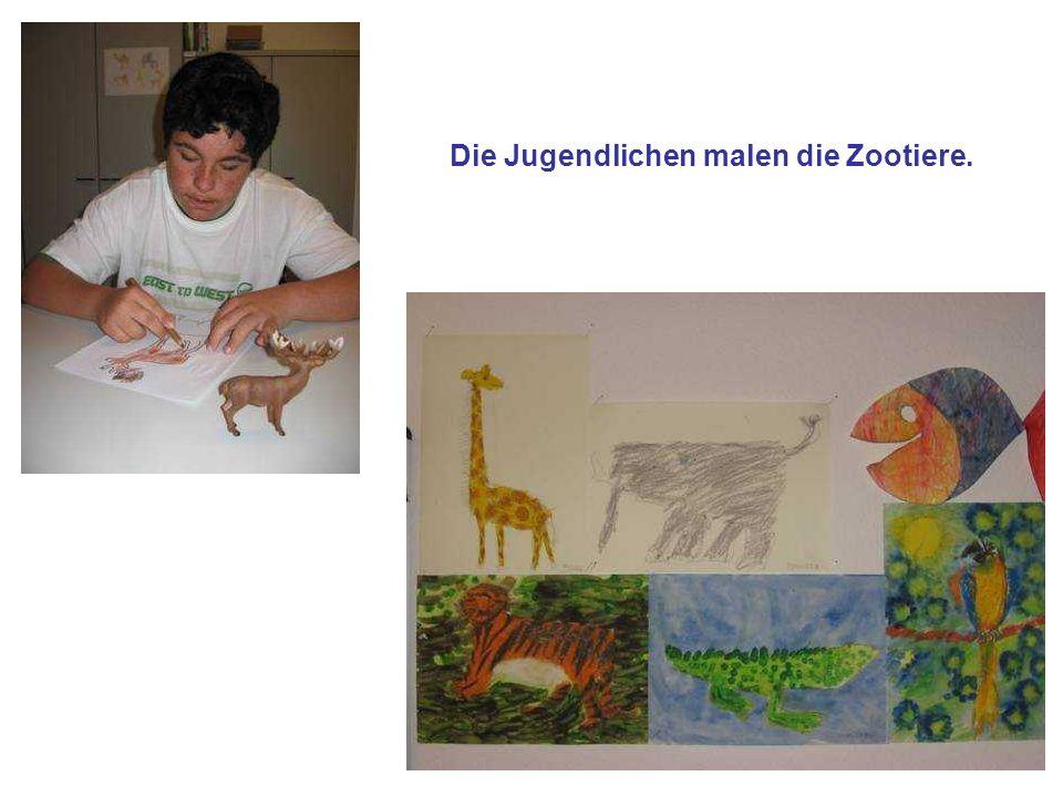 Die Jugendlichen malen die Zootiere.
