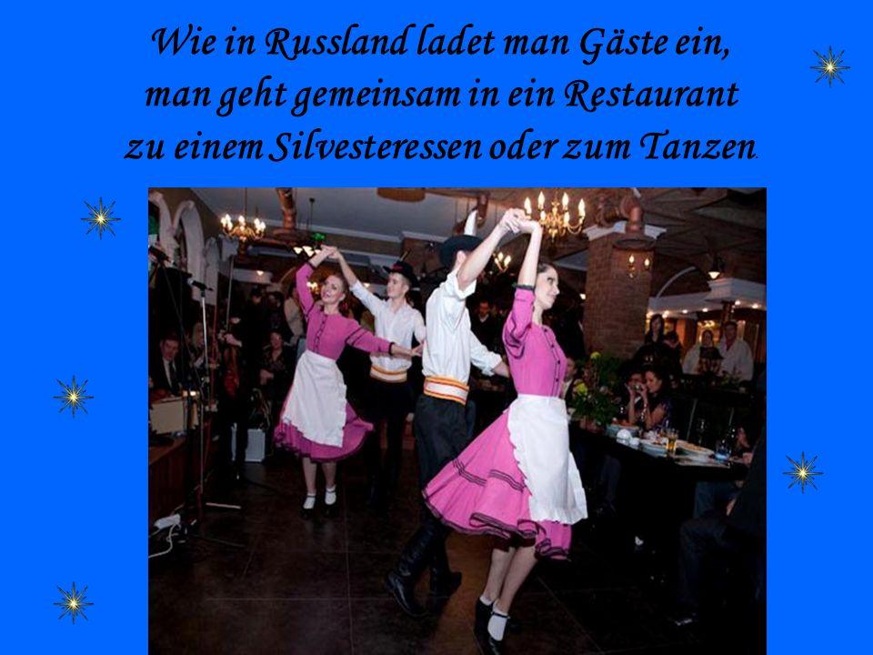 Wie in Russland ladet man Gäste ein, man geht gemeinsam in ein Restaurant zu einem Silvesteressen oder zum Tanzen.
