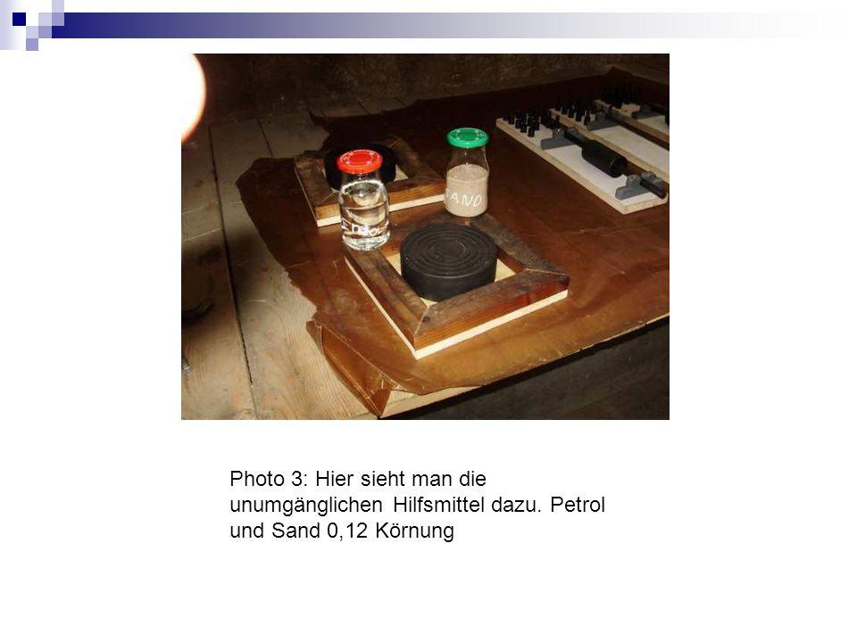 Photo 4: Hier sieht man einen schmutzigen Abziehstein, der nicht mehr haut und eher Kratzer macht, als dass er etwas nützt.