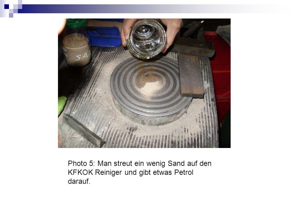 Photo 5: Man streut ein wenig Sand auf den KFKOK Reiniger und gibt etwas Petrol darauf.