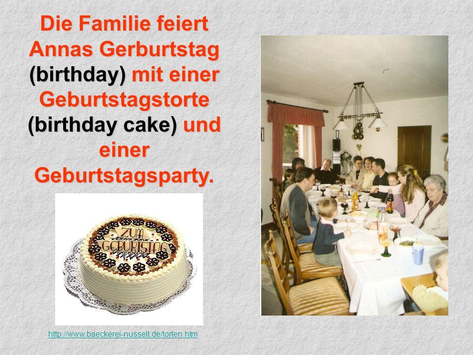 Die Familie feiert Annas Gerburtstag (birthday) mit einer Geburtstagstorte (birthday cake) und einer Geburtstagsparty.