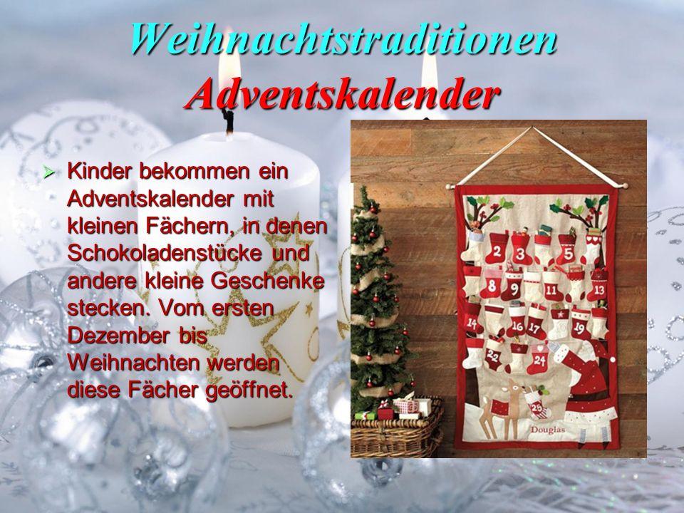Weihnachtstraditionen Adventskalender Kinder bekommen ein Adventskalender mit kleinen Fächern, in denen Schokoladenstücke und andere kleine Geschenke