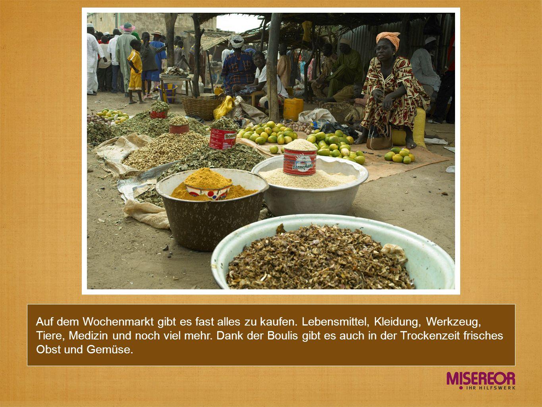 Auf dem Wochenmarkt gibt es fast alles zu kaufen. Lebensmittel, Kleidung, Werkzeug, Tiere, Medizin und noch viel mehr. Dank der Boulis gibt es auch in