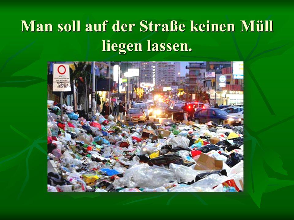 Man soll auf der Straße keinen Müll liegen lassen.