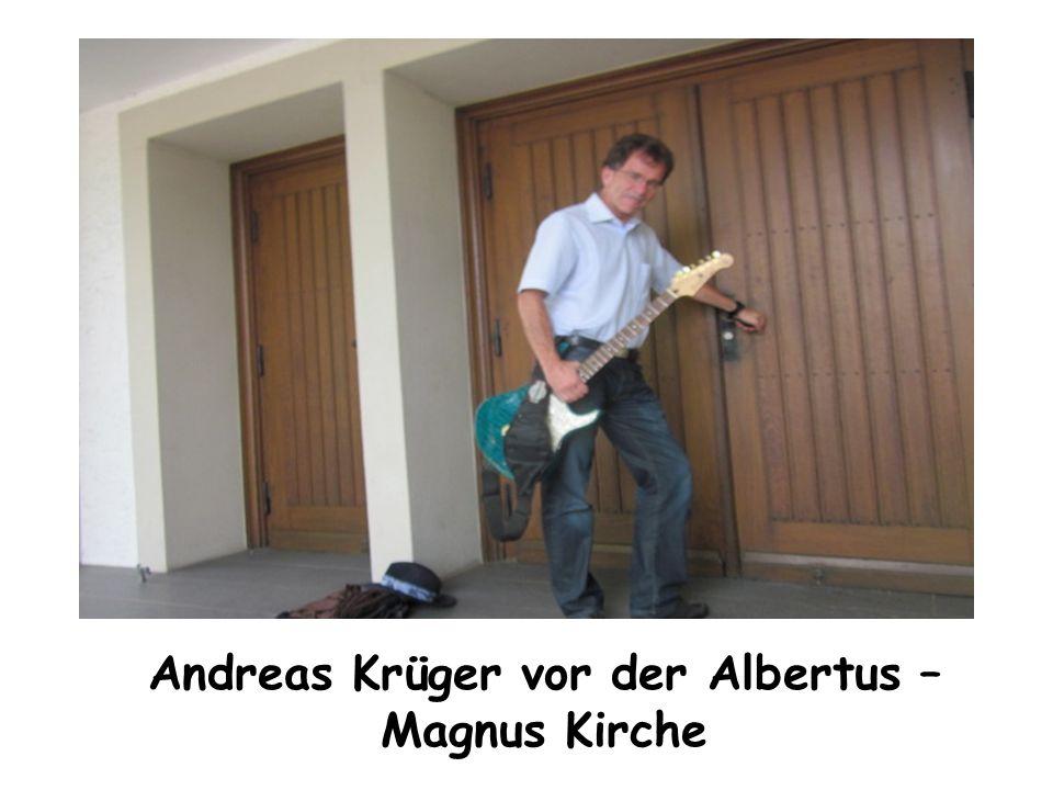 Andreas Krüger vor der Albertus – Magnus Kirche
