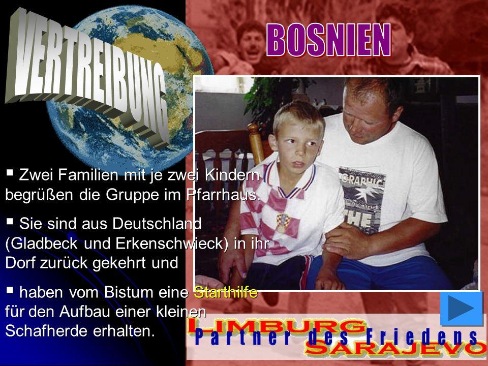 Zwei Familien mit je zwei Kindern begrüßen die Gruppe im Pfarrhaus. Sie sind aus Deutschland (Gladbeck und Erkenschwieck) in ihr Dorf zurück gekehrt u