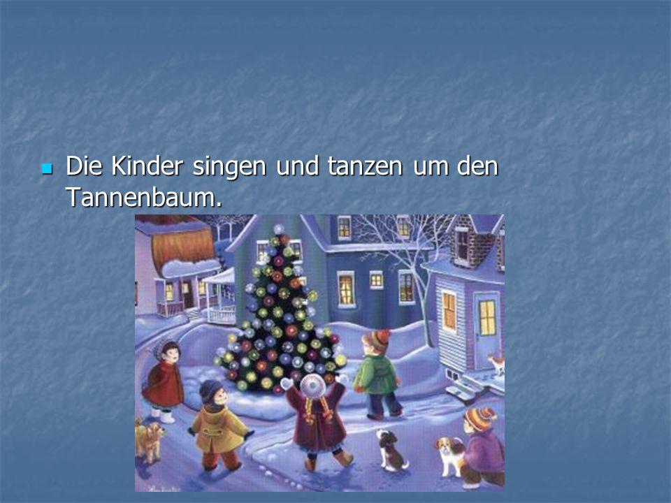 Die Kinder singen und tanzen um den Tannenbaum. Die Kinder singen und tanzen um den Tannenbaum.