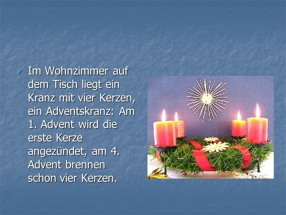 Im Wohnzimmer auf dem Tisch liegt ein Kranz mit vier Kerzen, ein Adventskranz: Am 1. Advent wird die erste Kerze angezündet, am 4. Advent brennen scho
