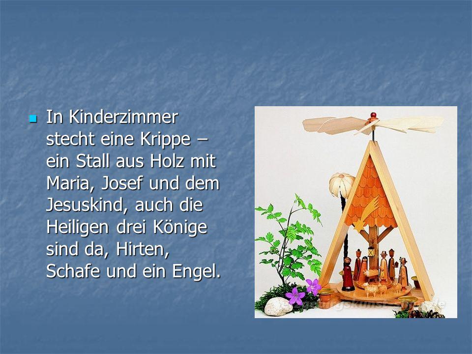 In Kinderzimmer stecht eine Krippe – ein Stall aus Holz mit Maria, Josef und dem Jesuskind, auch die Heiligen drei Könige sind da, Hirten, Schafe und