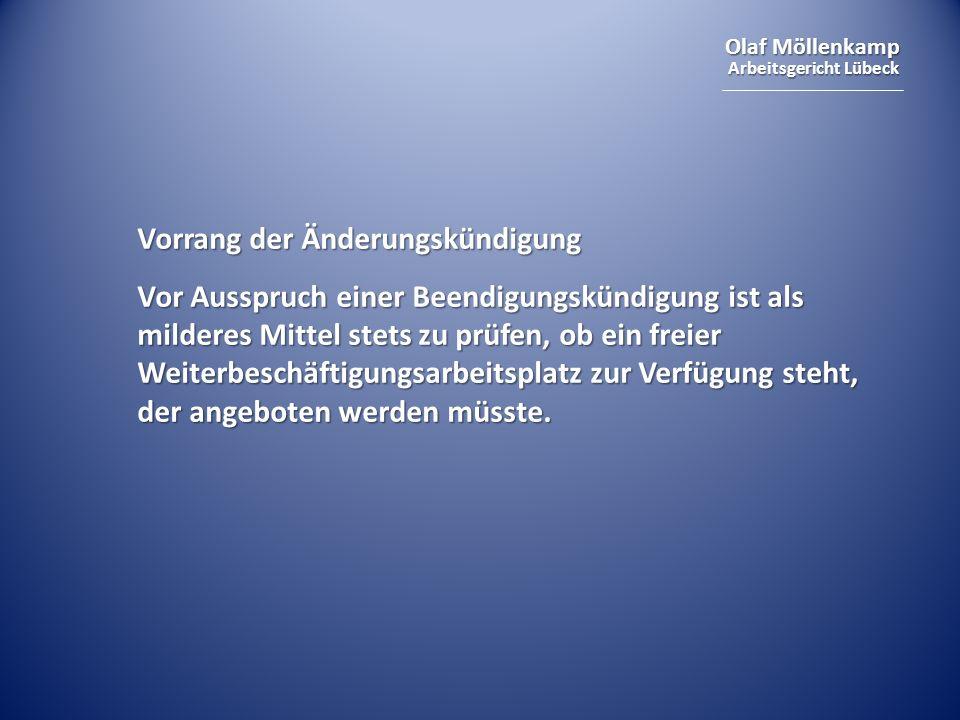 Olaf Möllenkamp Arbeitsgericht Lübeck Vorrang der Änderungskündigung Vor Ausspruch einer Beendigungskündigung ist als milderes Mittel stets zu prüfen, ob ein freier Weiterbeschäftigungsarbeitsplatz zur Verfügung steht, der angeboten werden müsste.
