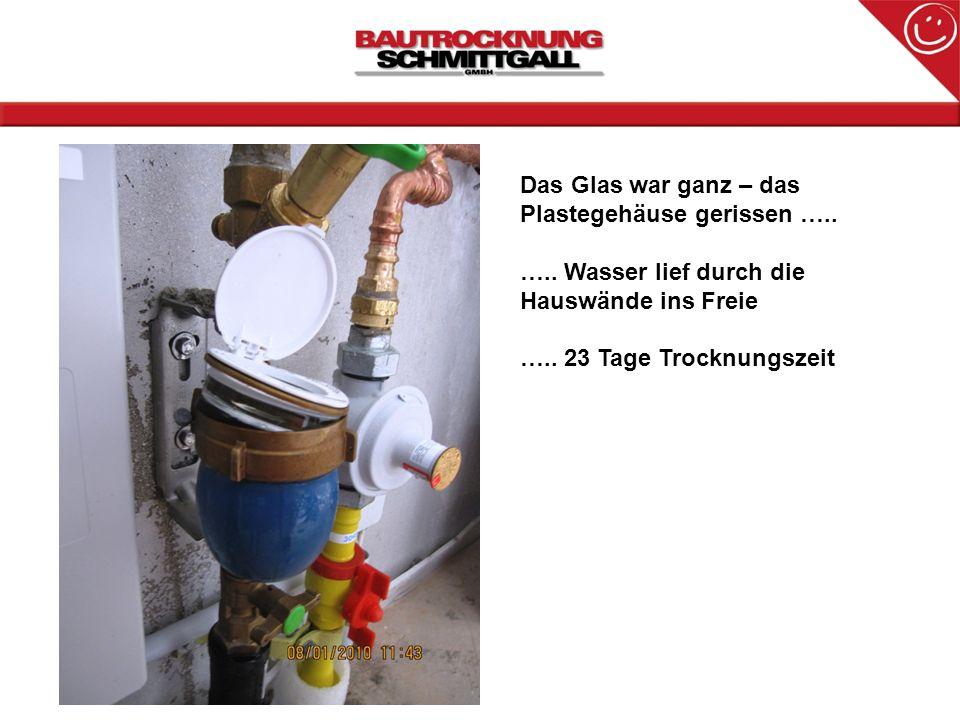 Das Glas war ganz – das Plastegehäuse gerissen ….. ….. Wasser lief durch die Hauswände ins Freie ….. 23 Tage Trocknungszeit