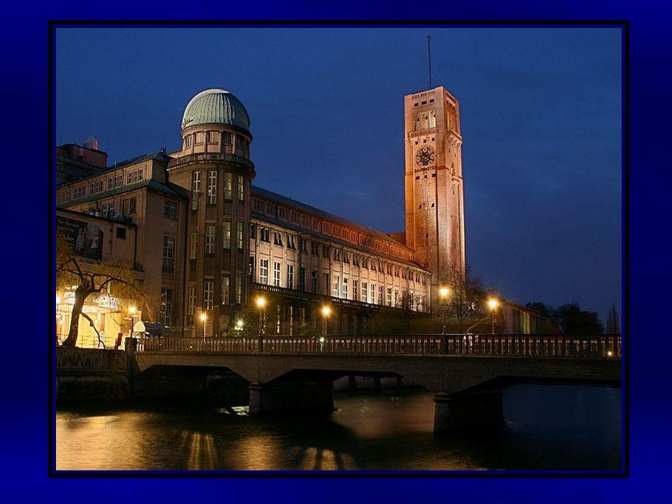 Das Deutsche Museum (offizieller Name: Deutsches Museum von Meisterwerken der Naturwissenschaft und Technik) in München ist mit ca.