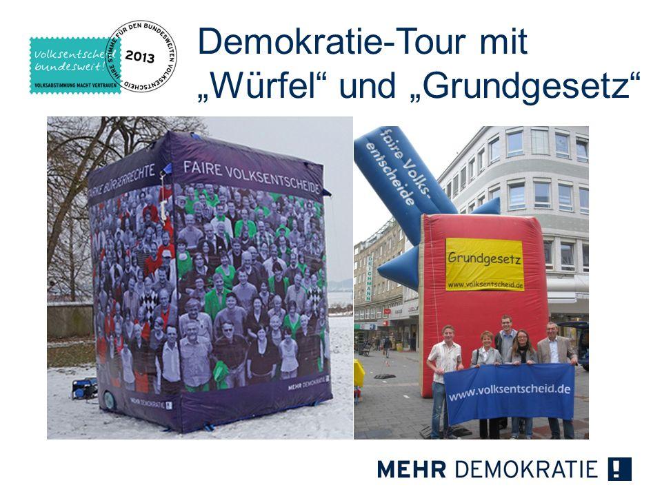 Demokratie-Tour mit Würfel und Grundgesetz