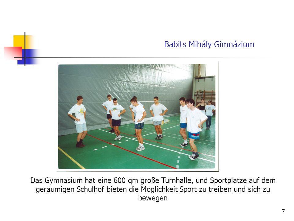 7 Das Gymnasium hat eine 600 qm große Turnhalle, und Sportplätze auf dem geräumigen Schulhof bieten die Möglichkeit Sport zu treiben und sich zu bewegen