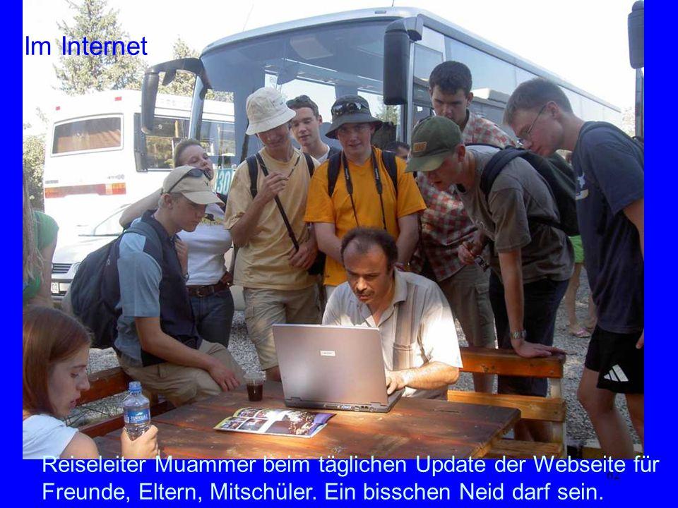 62 Im Internet Reiseleiter Muammer beim täglichen Update der Webseite für Freunde, Eltern, Mitschüler. Ein bisschen Neid darf sein.