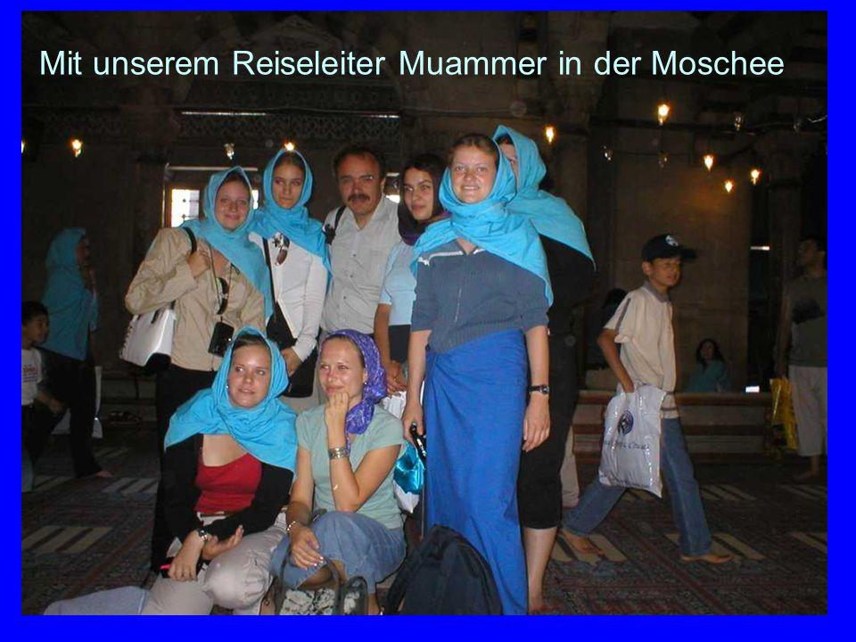 65 Mit unserem Reiseleiter Muammer in der Moschee