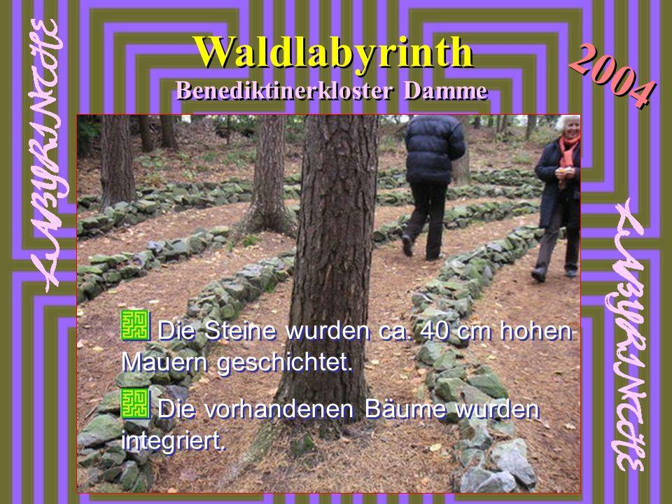 Waldlabyrinth 2004 Benediktinerkloster Damme Die Steine wurden ca. 40 cm hohen Mauern geschichtet. Die vorhandenen Bäume wurden integriert. Die Steine