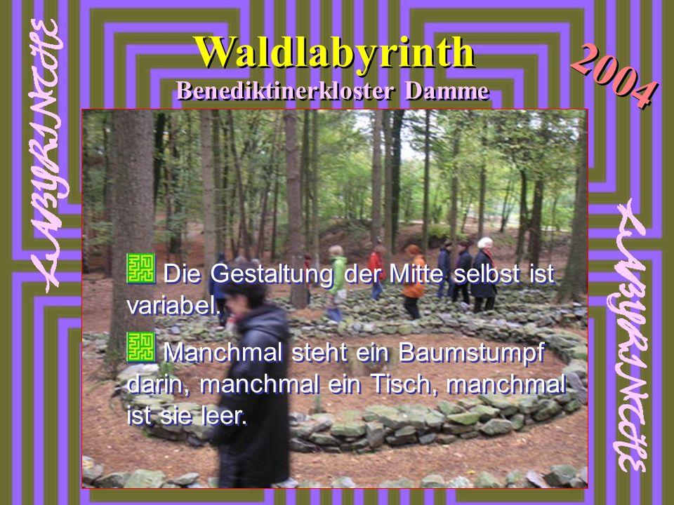 Waldlabyrinth 2004 Benediktinerkloster Damme Die Gestaltung der Mitte selbst ist variabel. Manchmal steht ein Baumstumpf darin, manchmal ein Tisch, ma