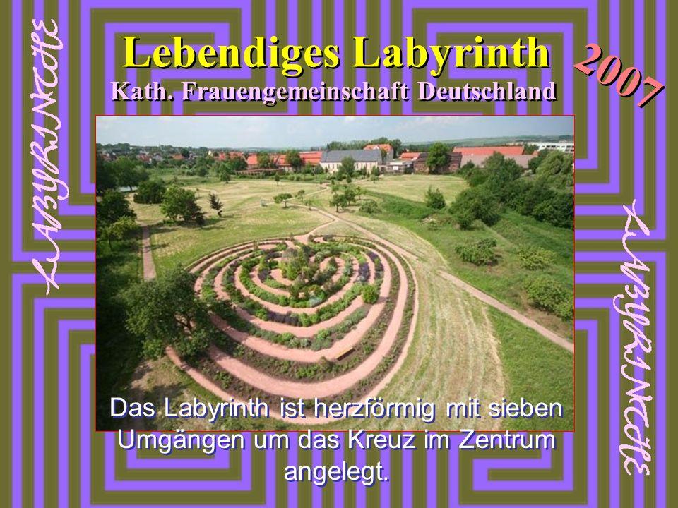 2007 Lebendiges Labyrinth Kath. Frauengemeinschaft Deutschland Das Labyrinth ist herzförmig mit sieben Umgängen um das Kreuz im Zentrum angelegt.