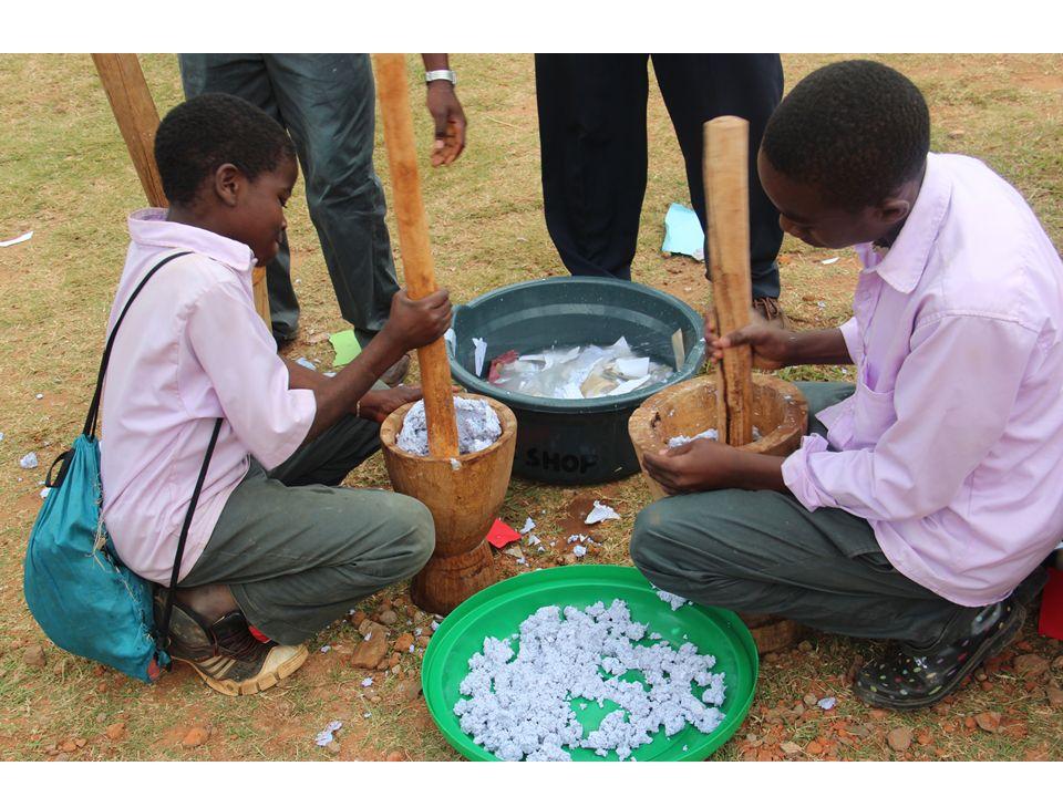 Jacaranda Schüler lernen How to build a solar lamp von Gästen aus Kenia…