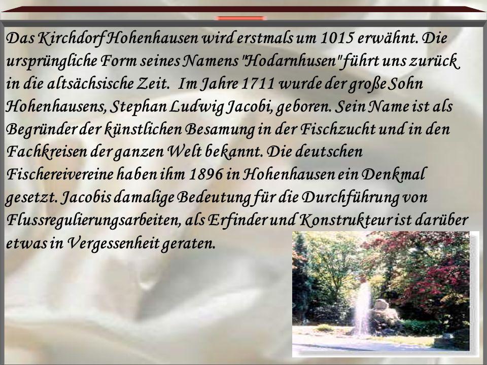 Das Kirchdorf Hohenhausen wird erstmals um 1015 erwähnt. Die ursprüngliche Form seines Namens