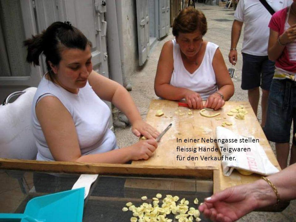 In einer Nebengasse stellen fleissig Hände Teigwaren für den Verkauf her.