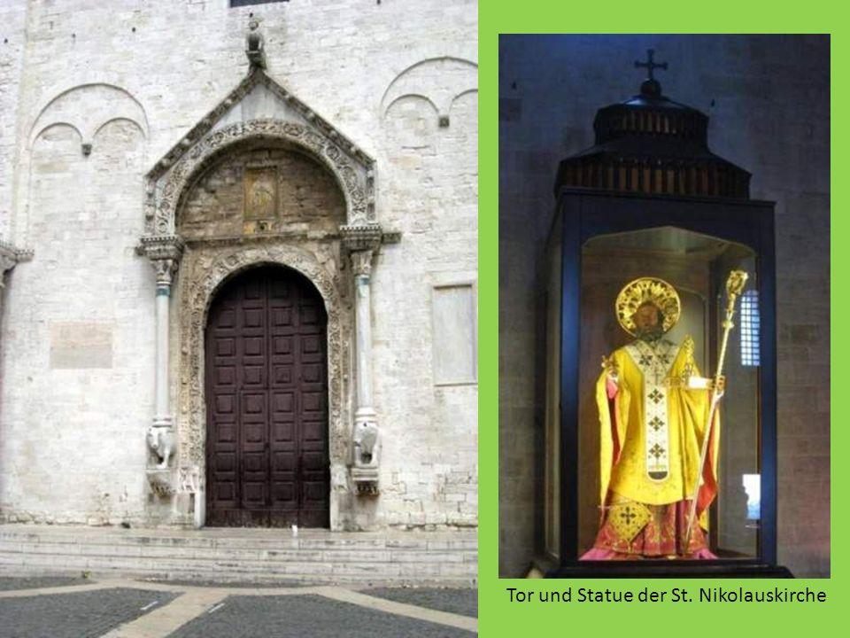 Tor und Statue der St. Nikolauskirche
