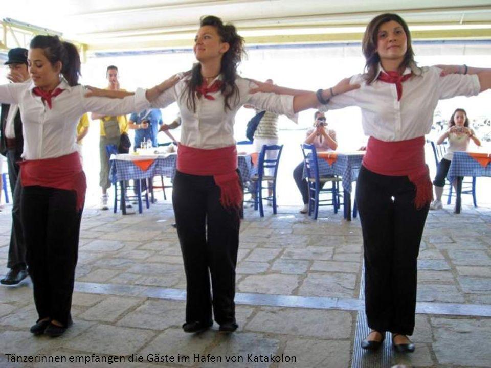 Tänzerinnen empfangen die Gäste im Hafen von Katakolon