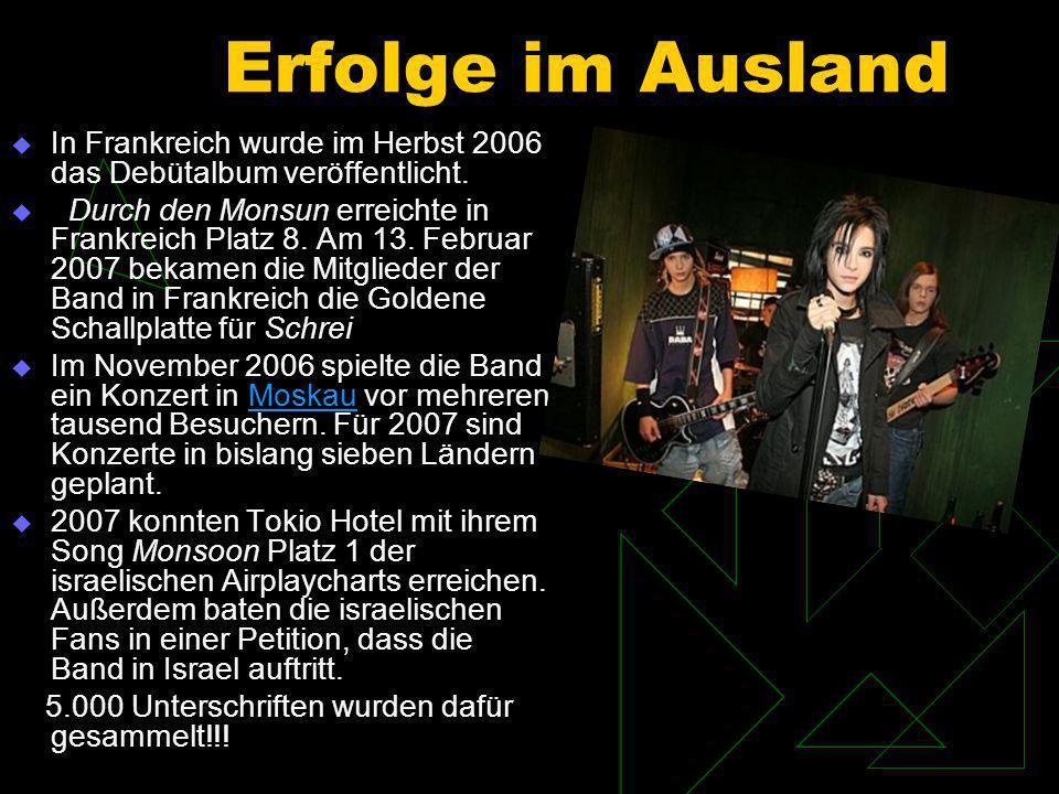 2005 nahm die Universal Music Group Tokio Hotel unter Vertrag und erarbeitete einen Marketingplan, um den kommerziellen Erfolg von Tokio Hotel zu sichern.Universal Music Group Das Video zu ihrer Debütsingle Durch den Monsun wurde ab Juli 2005 im Fernsehen ausgestrahlt und bescherte der Band in kurzer Zeit viele überwiegend jugendliche, weibliche Fans.