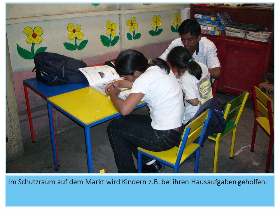 Im Schutzraum auf dem Markt wird Kindern z.B. bei ihren Hausaufgaben geholfen.