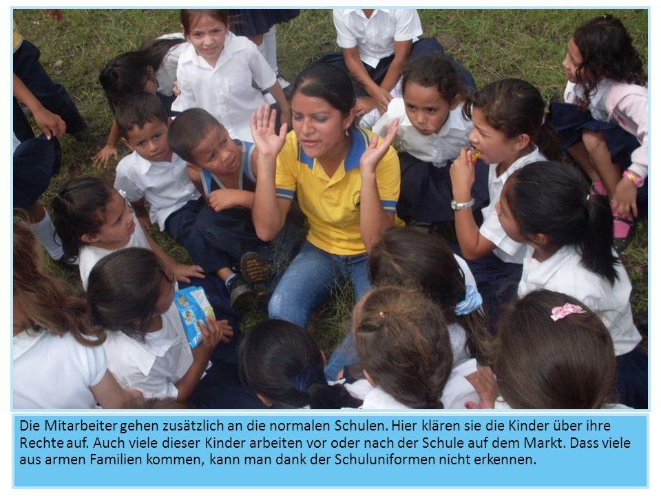 Die Mitarbeiter gehen zusätzlich an die normalen Schulen. Hier klären sie die Kinder über ihre Rechte auf. Auch viele dieser Kinder arbeiten vor oder
