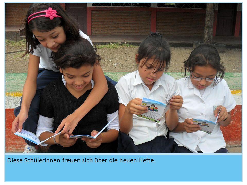 Diese Schülerinnen freuen sich über die neuen Hefte.