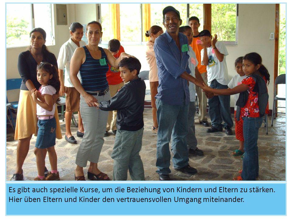 Es gibt auch spezielle Kurse, um die Beziehung von Kindern und Eltern zu stärken. Hier üben Eltern und Kinder den vertrauensvollen Umgang miteinander.