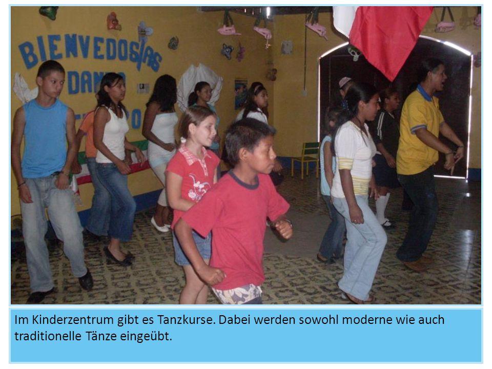 Im Kinderzentrum gibt es Tanzkurse. Dabei werden sowohl moderne wie auch traditionelle Tänze eingeübt.