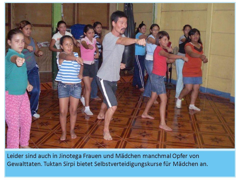 Schon kleine Mädchen nehmen am Training teil.