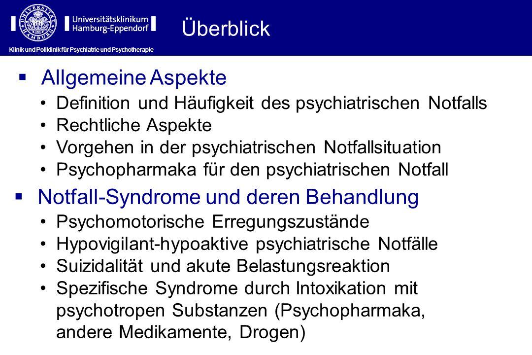 Klinik und Poliklinik für Psychiatrie und Psychotherapie Vorgehen in der psychiatrischen Notfallsituation (I) Abschätzen, ob der Patient eine akute Gefahr für Untersucher, Personal oder sich selbst darstellt Ausschluss einer unmittelbaren vitalen Bedrohung durch internistische oder chirurgische (Grund)Erkrankung Vorläufige diagnostische Einschätzung von (a) Notfallsyndrom und (b) zugrundliegender psychiatrischer Störung durch Fremdanamnese und Verhaltensbeobachtung Festlegung der Behandlungsstrategie und -modalität (freiwillig – unfreiwillig, sofort – nach Aufnahme/Übernahme)