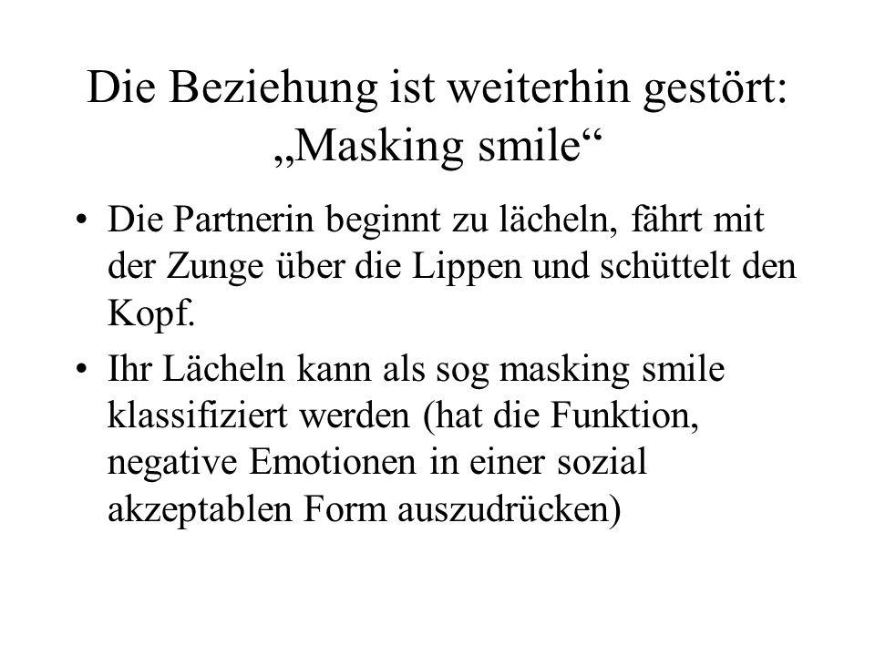 Die Beziehung ist weiterhin gestört: Masking smile Die Partnerin beginnt zu lächeln, fährt mit der Zunge über die Lippen und schüttelt den Kopf.