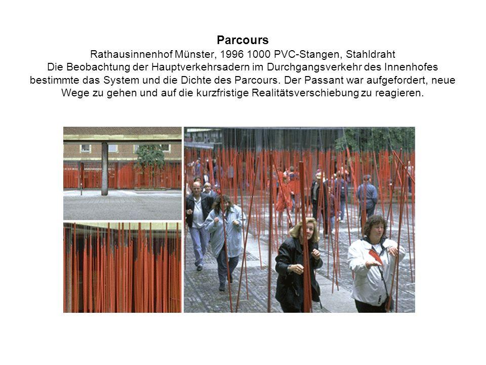 Parcours Rathausinnenhof Münster, 1996 1000 PVC-Stangen, Stahldraht Die Beobachtung der Hauptverkehrsadern im Durchgangsverkehr des Innenhofes bestimm