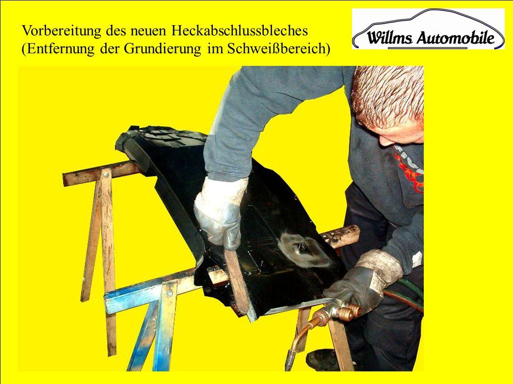 Vorbereitung des neuen Heckabschlussbleches (Entfernung der Grundierung im Schweißbereich)