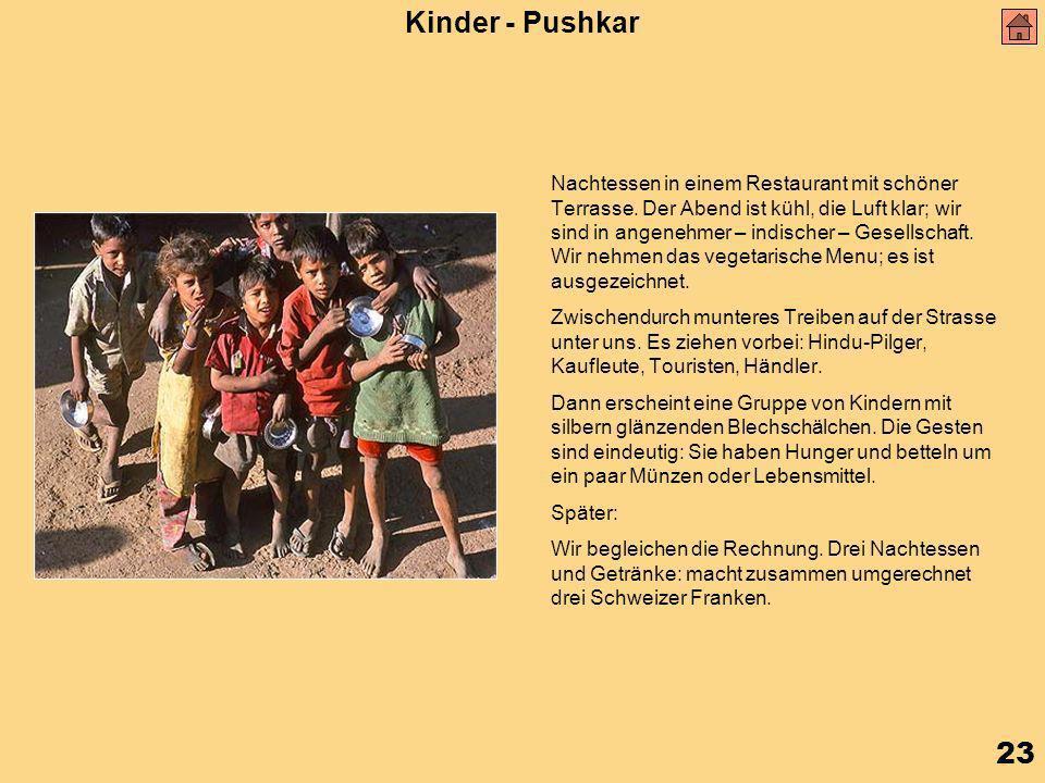 23 Kinder - Pushkar Nachtessen in einem Restaurant mit schöner Terrasse.