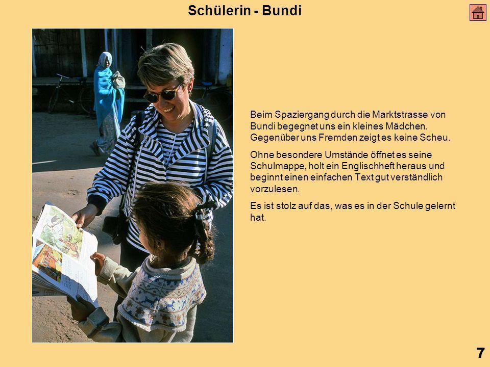 7 Schülerin - Bundi Beim Spaziergang durch die Marktstrasse von Bundi begegnet uns ein kleines Mädchen.