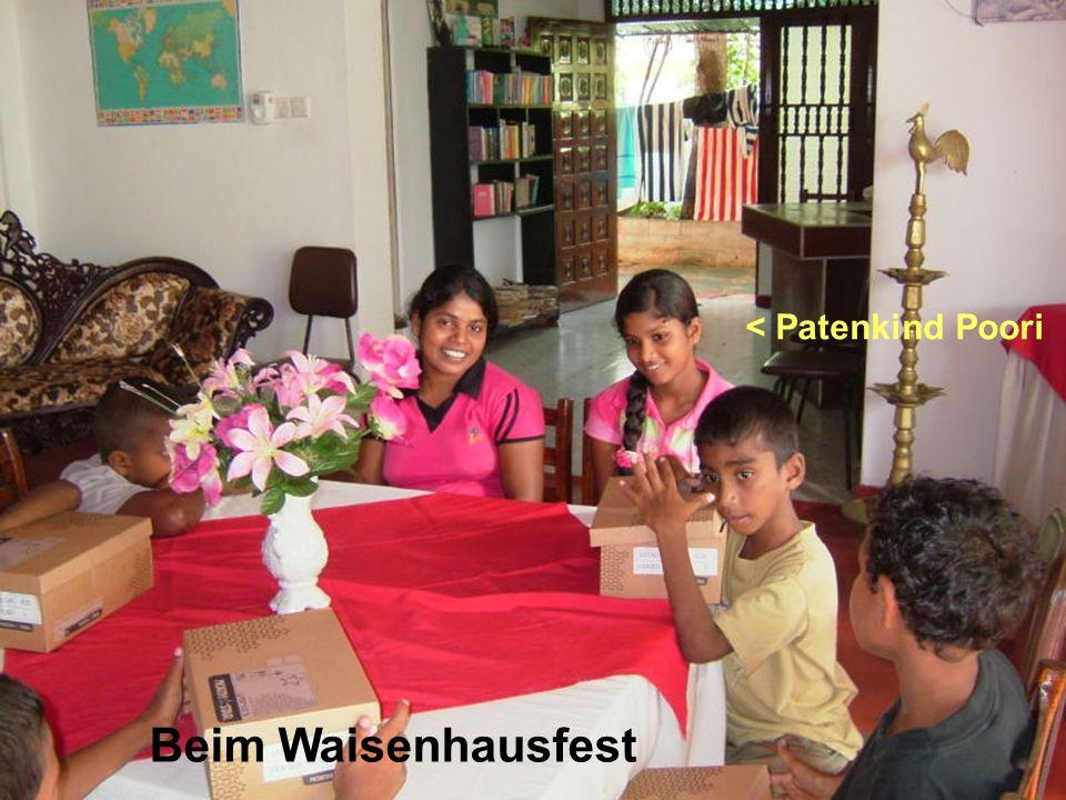 Beim Waisenhausfest < Patenkind Poori