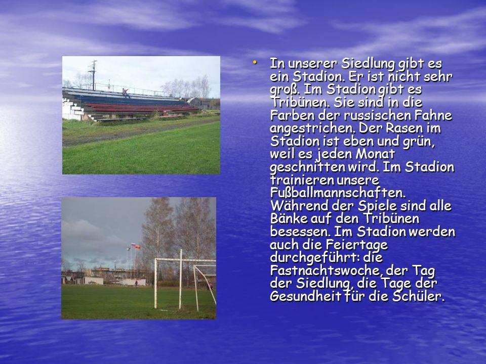 In unserer Siedlung gibt es ein Stadion. Er ist nicht sehr groß. Im Stadion gibt es Tribünen. Sie sind in die Farben der russischen Fahne angestrichen