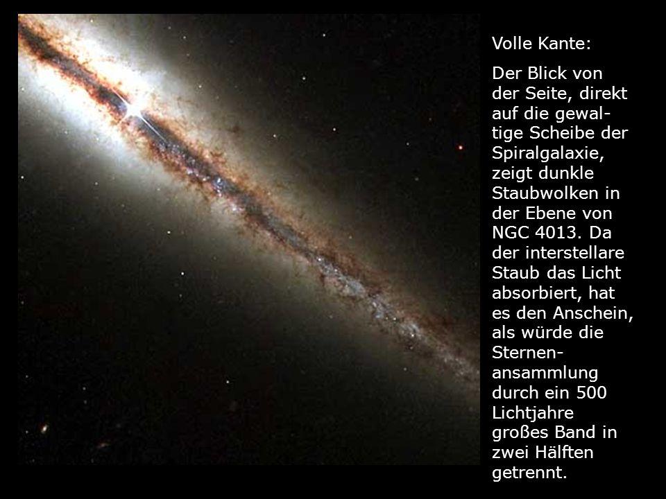Volle Kante: Der Blick von der Seite, direkt auf die gewal- tige Scheibe der Spiralgalaxie, zeigt dunkle Staubwolken in der Ebene von NGC 4013. Da der