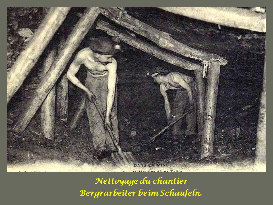 Les berlines avant dêtre engagées dans la cage Bergarbeiter mit Güterloren, auf dem Weg zum Käfiglift